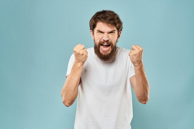 L'uomo gesti con le sue mani emozioni dispiacere t-shirt bianca blu.