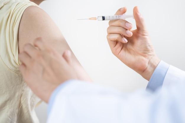 L'uomo ottiene il vaccino antinfluenzale