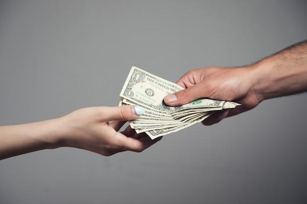 Un uomo dà soldi a una donna