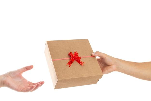 Uomo che fa un regalo da san valentino alla sua ragazza