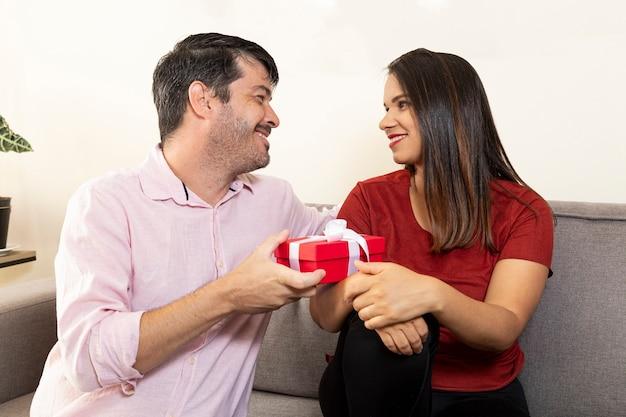 Uomo che fa un regalo a sua moglie.