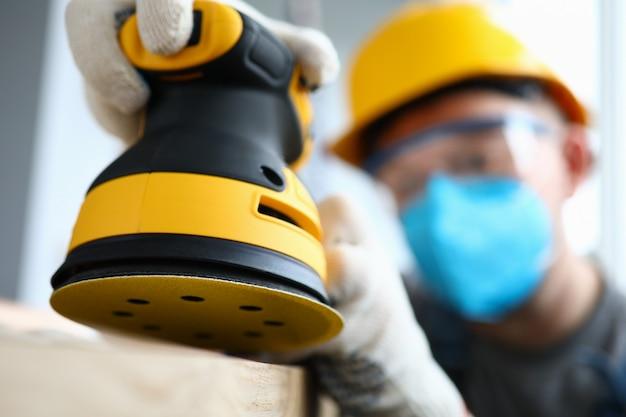 Uomo in guanti che lavorano al rinnovamento