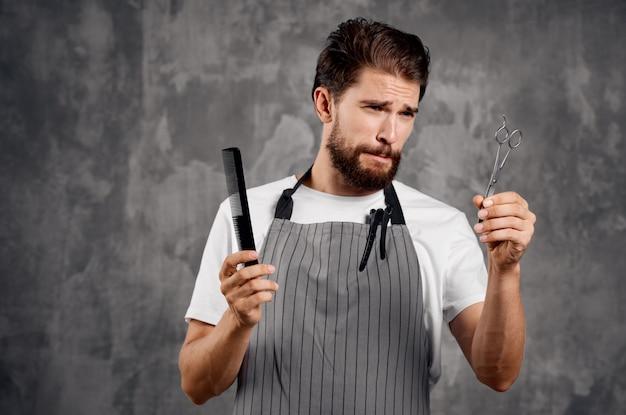 Parrucchiere uomo in grembiule grigio taglio di capelli professionale da lavoro