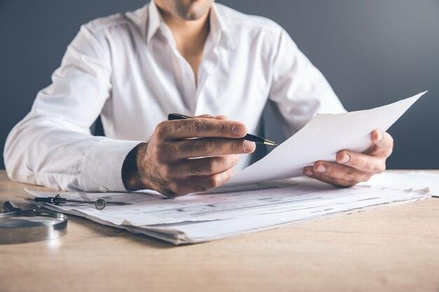 Documento della mano dell'uomo sulla scrivania
