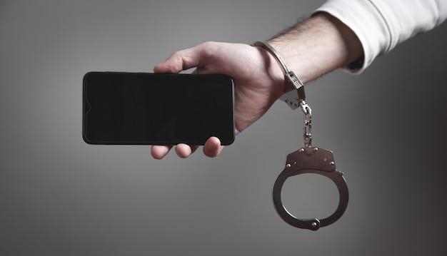 Manette della mano dell'uomo che tiene smartphone. dipendenza da internet e dai social media