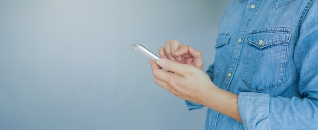 Man mano tenere il dispositivo mobile e il testo sui social media dell'applicazione
