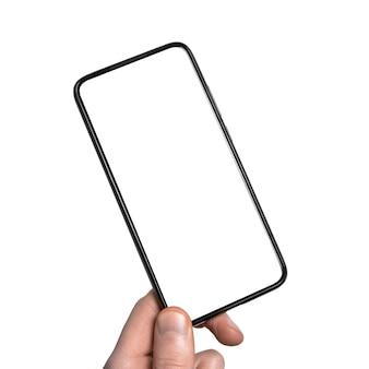 Man mano che tiene lo smartphone nero con schermo vuoto isolato sul muro bianco.