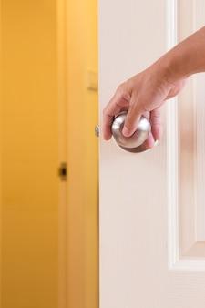 Manopola della porta di bloccaggio della mano dell'uomo