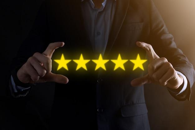 Man mano che mostra su cinque stelle eccellente rating.indicando il simbolo a cinque stelle per aumentare la valutazione della società.