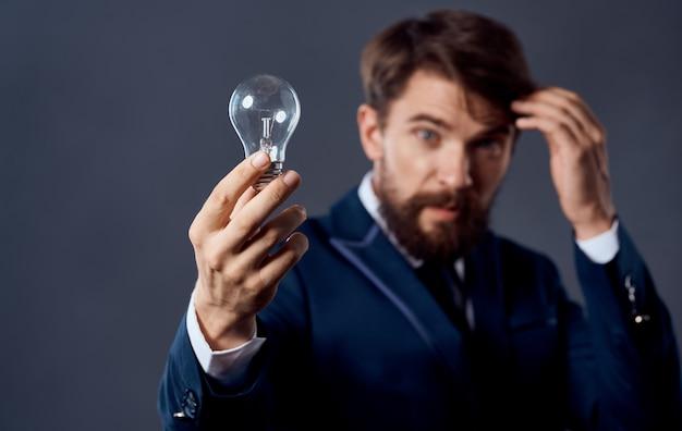 Cervello di idee di successo della mano dell'uomo