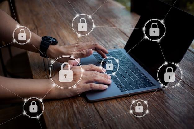 Man mano che lavora media di marketing digitale in laptop con schermo virtuale con sicurezza informatica