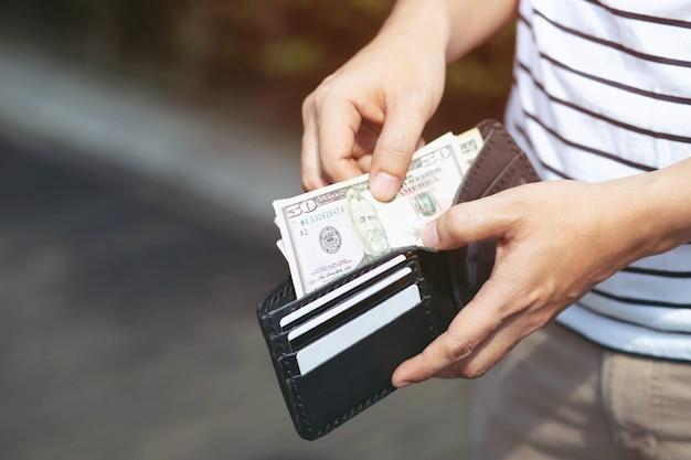 Man mano che tiene il portafoglio, portafoglio vuoto