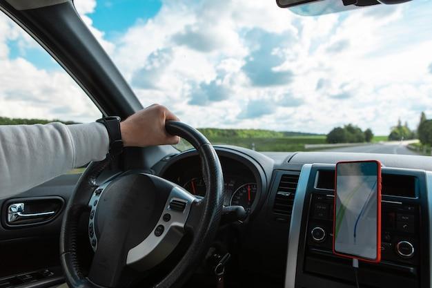 Equipaggi le mani sullo spazio della copia della giornata di sole nuvolosa del volante