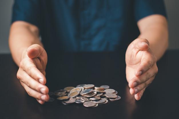 Un uomo passa con la tailandia moneta e denaro contante, affari e concetto di investimento