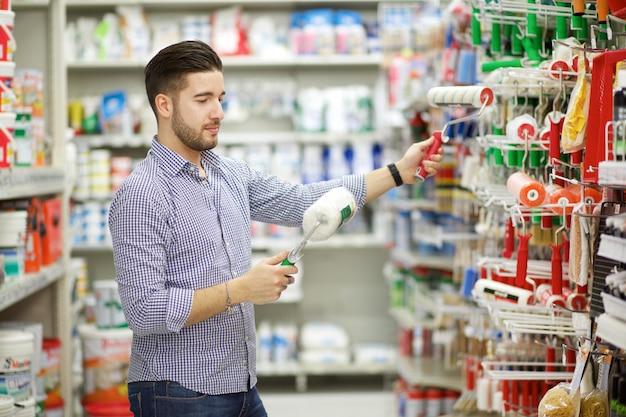 Uomo nel negozio di ferramenta Foto Premium