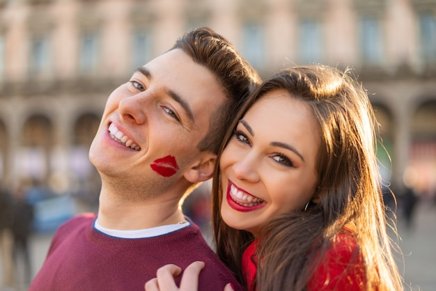 L'uomo ha un segno di bacio rossetto sulla guancia