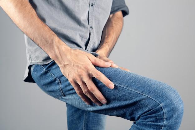 Un uomo ha dolore alla gamba