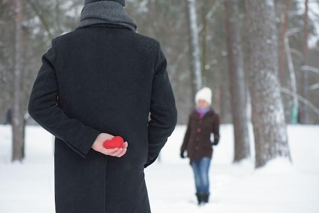 Un uomo ha preparato una sorpresa per una donna il giorno di san valentino