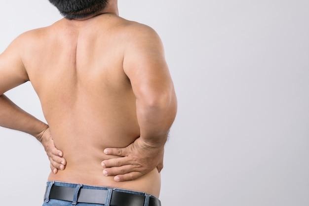 Uomo che ha mal di schiena