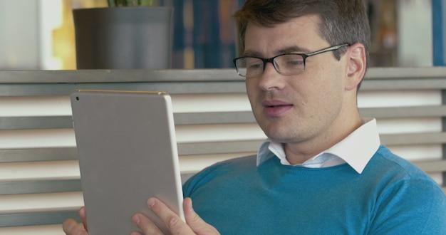 Uomo che ha una conversazione d'affari tramite la chat video pad