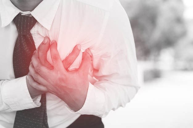 Uomo che ha dolore al petto - attacco di cuore all'aperto. o l'esercizio fisico pesante fa sì che il corpo subisca shock per le malattie cardiache.