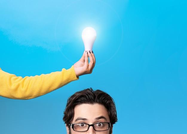 Uomo che ha una buona idea, immagine su sfondo blu
