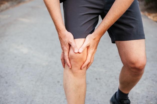 Un uomo con la sindrome del dolore femoro-rotuleo al ginocchio