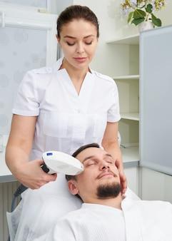 Uomo che ha trattamento laser presso la clinica di bellezza