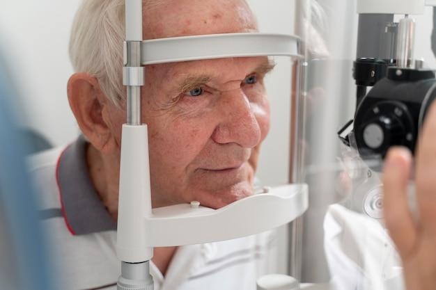 Uomo che ha un controllo oftalmologico