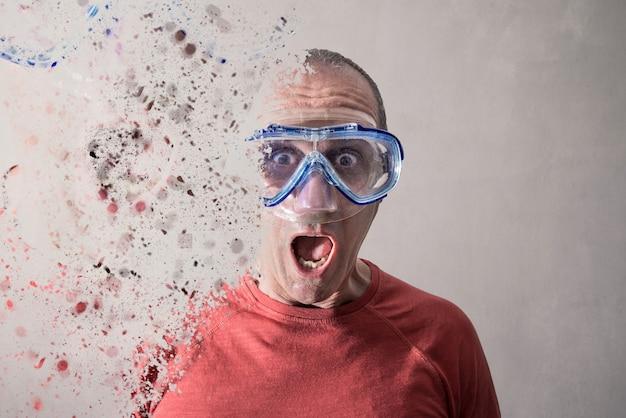 Un uomo con una maschera da sub si dissolve
