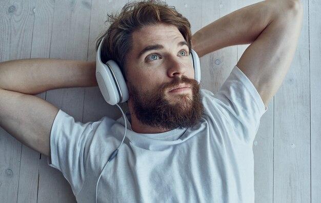 Uomo in cuffie musica godimento interno relax