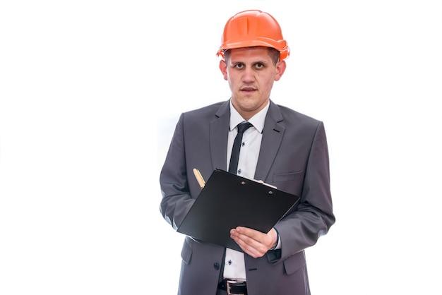 Uomo in casco che tiene appunti isolati su bianco