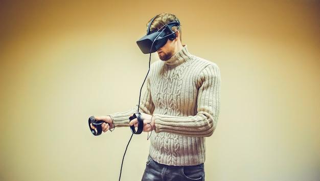L'uomo con il casco in realtà virtuale fa un gioco