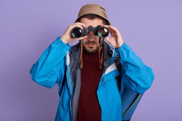 Uomo escursionismo e birdwatching