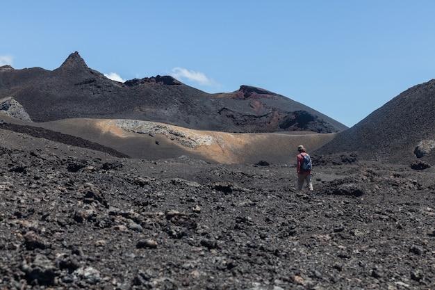 Uomo che fa un'escursione sul paesaggio del campo di lava
