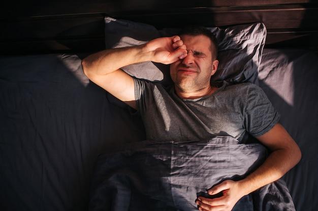 Un uomo nel suo letto la mattina