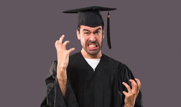 L'uomo nel giorno della laurea dell'università infastidì arrabbiato in un gesto furioso