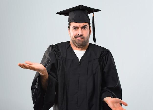 L'uomo nel suo giorno di laurea università infelice e frustrato da qualcosa