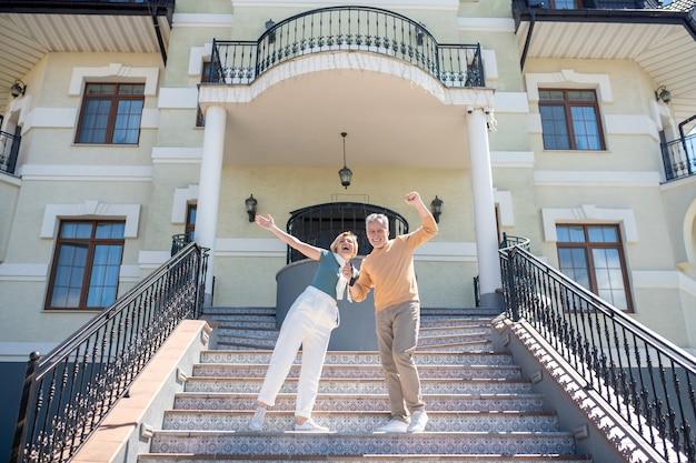 L'uomo e sua moglie si rallegrano per il loro nuovo acquisto costoso