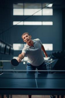 L'uomo colpisce la palla in rete, ping pong, giocatore di ping pong