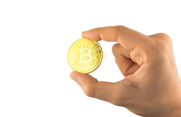 L'uomo tiene bitcoin isolato su sfondo bianco, moneta d'oro, simbolo di criptovaluta nel concetto mondiale