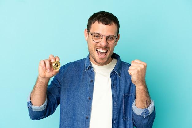 Uomo che tiene un bitcoin