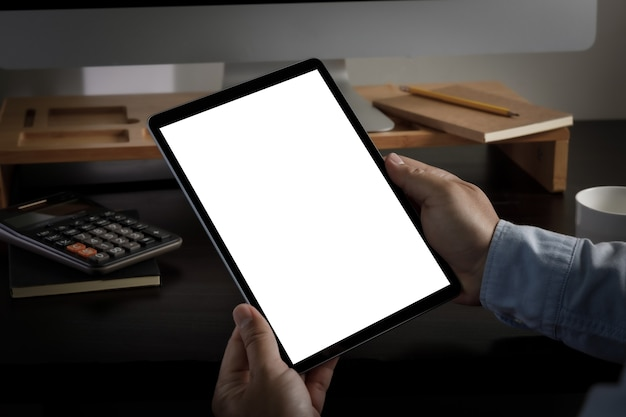 Uomo che tiene il design del tablet con schermo vuoto primo piano di un computer tablet mock up ipad
