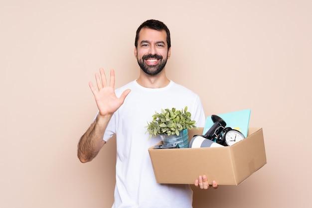 Equipaggi la tenuta della scatola e lo spostamento nella nuova casa isolata contando cinque con le dita