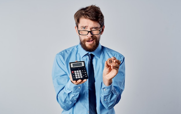 Uomo con calcolatrice criptovaluta bitcoin economia di mercato finanziario tecnologia