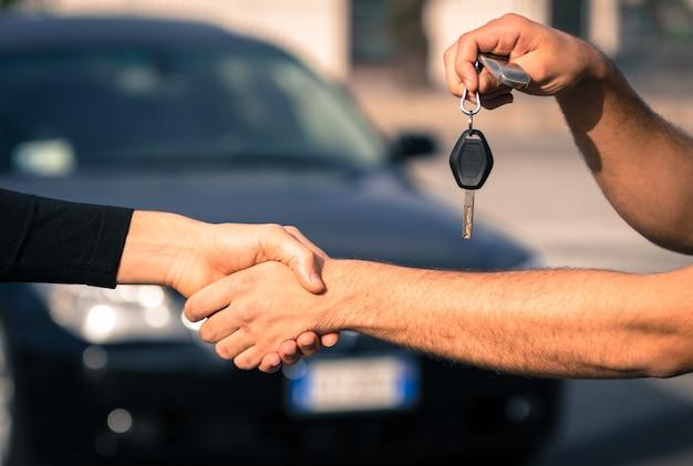 Uomo che tiene le chiavi della macchina
