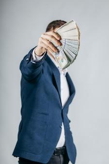 Un uomo che tiene i dollari in mano