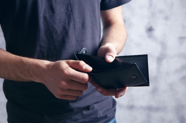 Un uomo con un portafoglio vuoto