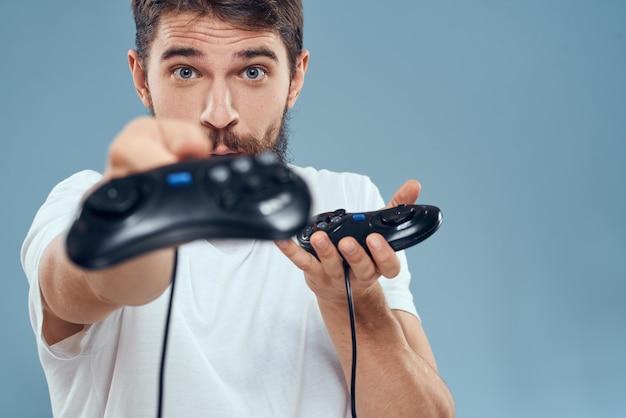 Uomo con gamepad giochi lifestyle tecnologia console emozioni t-shirt bianca blu.
