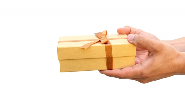 Equipaggi la tenuta del contenitore di regalo dell'oro su una priorità bassa bianca
